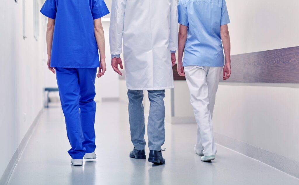 Medizinisches Personal läuft Gang entlang