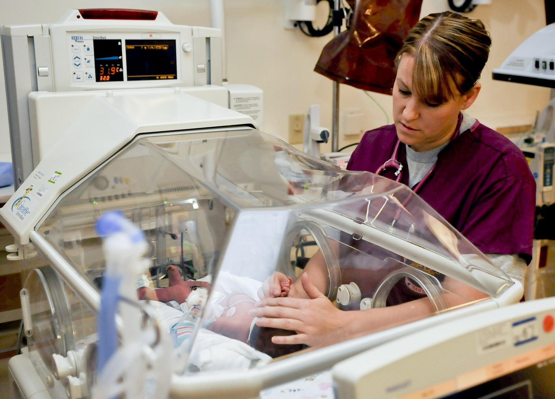 Pflegekraft in der Pflege mit einem Baby als Patient