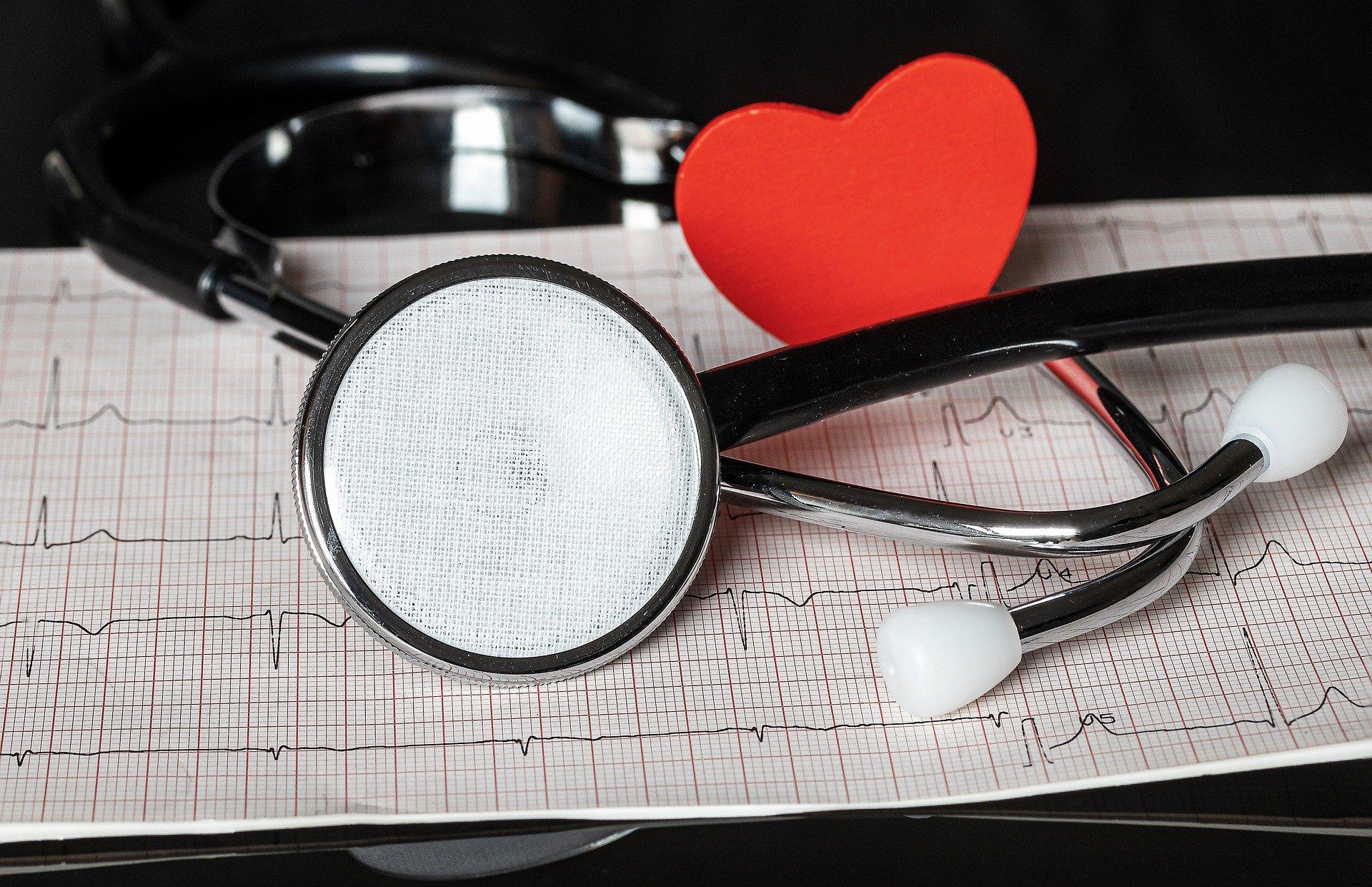 Ein Stethoskop mit EKG und kleinen roten Herzen. Verliebt auf der Station.